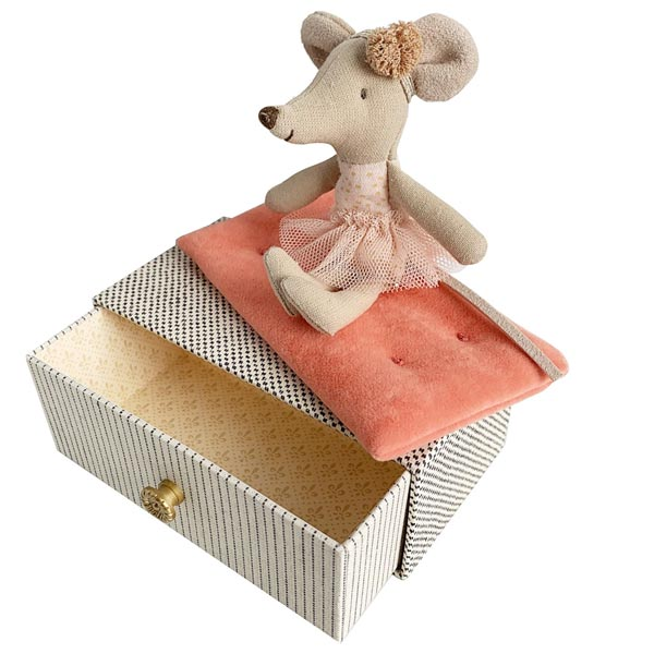 *Maileg Little Sister Dancing Mouse in a Daybed